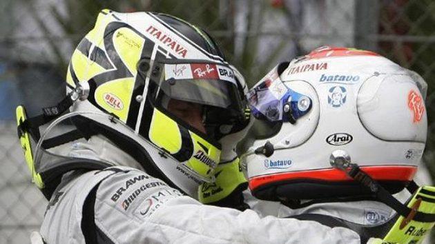Jenson Button (vpravo) z týmu Brawn GP objímá svého stájového kolegu Rubense Barrichella