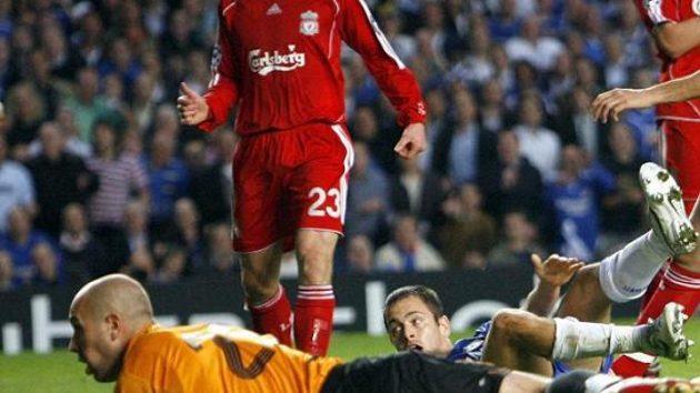 Joe Cole (uprostřed) z Chelsea právě překonal brankáře Liverpoolu Pepe Reinu (vlevo).