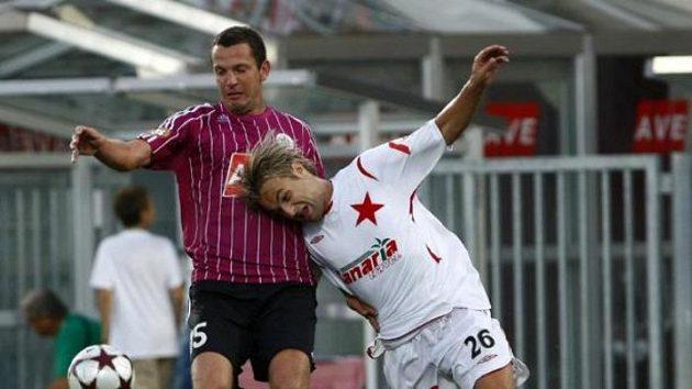 Slávista Černý v souboji s fotbalistou Českých Budějovic Riegelem