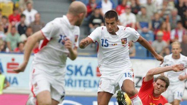 Fotbalista Milan Baroš uprostřed v souboji s Belgičanem Vertonghenem v přátelském utkání v Teplicích