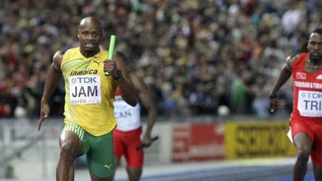 Jamajčan Asafa Powell sprintuje na MS v Berlíně pro zlatou medaili ve štafetě na 4x100 metrů.