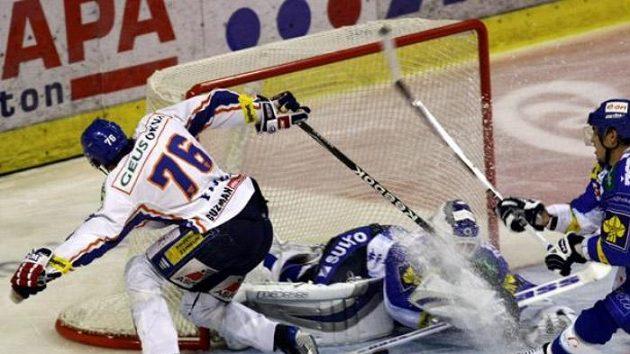 Kladenský hokejista Martin Frolík před brankou Brna