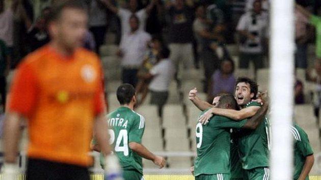 Fotbalista Panathinaikosu Atény Sarrieri (vpravo) se raduje z gólu proti Spartě.