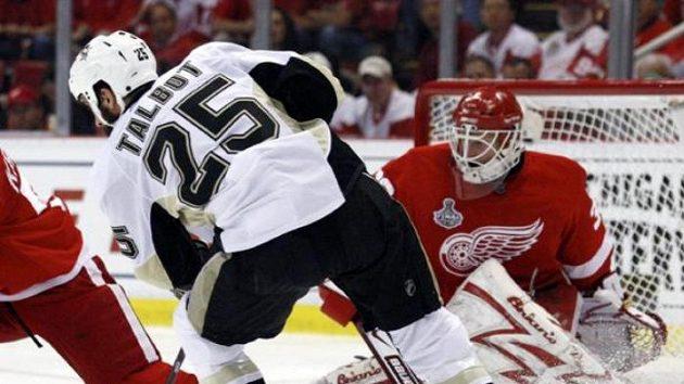 Hokejista Pittsburghu Maxime Talbot střílí gól v sedmém finále proti Detroitu.