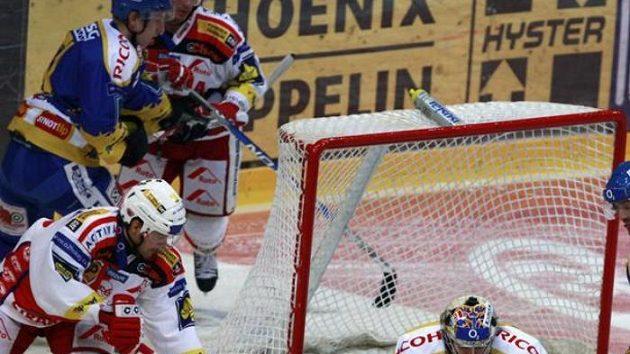 Brankář Zlína Sedláček zasahuje před hokejistou Slavie Brandou.