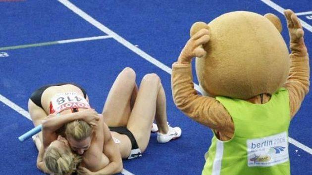 Maskot atletického mistrovství světa Berlino sleduje radost německých sprinterek, které získaly bronz v závodu na 4x100 metrů.