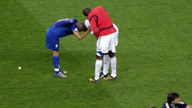 Ital Del Piero (v modrém) utěšuje klubového francouzského spoluhráče z Juventusu Thurama.