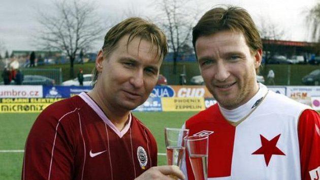 Sparťan Horst Siegl a slávista Vladimír Šmicer při novoročním přípitku po tradičním silvestrovském derby.