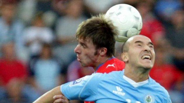 Fotbalista Zdeněk Grygera v souboji s Vannuccim ze San Marina