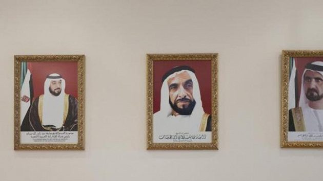 Vládci SAE na fotografiích v hotelu Hilton v Al Ajnu