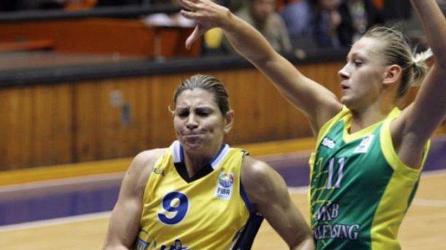 Evanthia Maltsiová z USK Praha (vlevo) v duelu Euroligy s maďarskou Šoproní.
