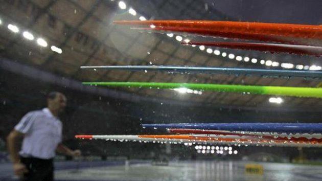 Oštěpy zmáčené prudkým deštěm na Olympijském stadiónu.