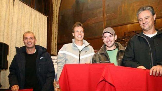 Zleva: Dušan Lojda, Tomáš Berdych, Jan Hájek a Jaroslav Navrátil s toradorskými muletami.