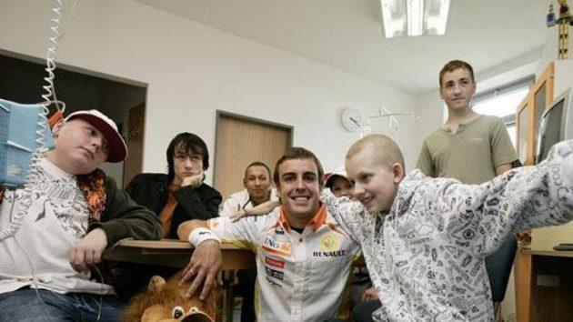Fernando Alonso navštívil dětské pacienty onkologického oddělení v Motole.