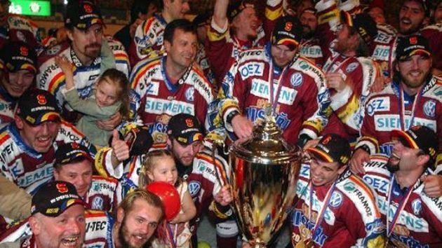 Hokejisté pražské Sparty se radují z vítězství v extralize.