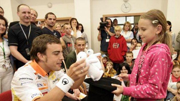 Fernando Alonso při navštěvě onkologického oddělení v Motole.