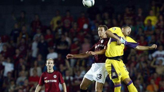 Fotbalista Denis Kovba v hlavičkovém souboji s Bunderlou z Mariboru v play-off Evropské ligy.