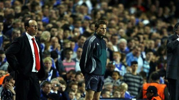 Trenéři anglických soupeřů během semifinále Ligy mistrů - Rafael Benítez (vlevo) z Liverpoolu a José Mourinho z Chelsea.