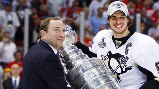 Komisionář NHL Gary Bettman předává Stanley Cup kapitánovi Pittsburghu Sidney Crosbymu.