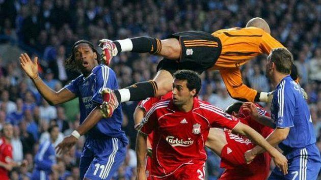 Brankář Liverpoolu Pepe Reina (nahoře) zasahuje při šanci domácí Chelsea.