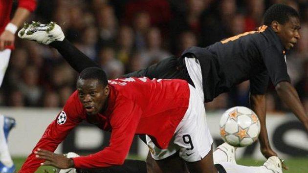 V nefotbalové pozici Louis Saha z Manchesteru United (vpředu) a Juan z AS Řím
