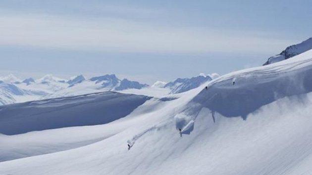Netknuté svahy hor na Aljašce lákají dobroduhy. Tečky na svahu jsou Tomáš Kraus, Michal Novotný, Martin Černík a Robin Kaleta.