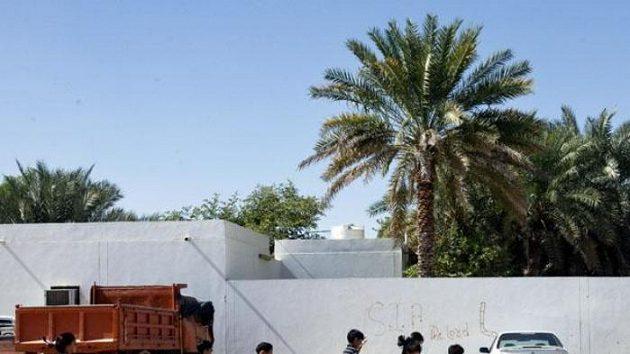 Děti hrají fotbal v Al Ajnu