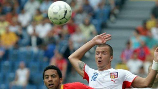 Český reprezentant Václav Svěrkoš se snaží získat míč v přípravném utkání proti Belgii.