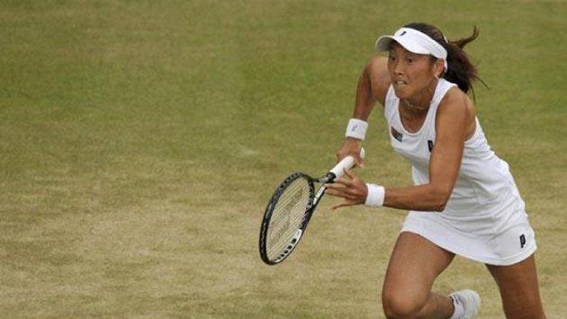 Japonská tenistka Ai Sugijamaová se rozbíhá za míčkem