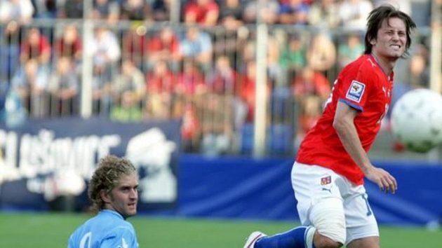 Fotbalista Tomáš Rosický v souboji s Berrettim ze San Marina