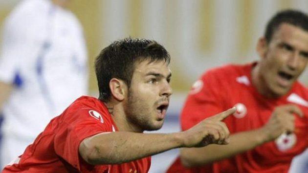 Radost fotbalisty CSKA Sofie Spase Deleva (vlevo) z gólu proti Dynamu Moskva v play-off Evropské ligy