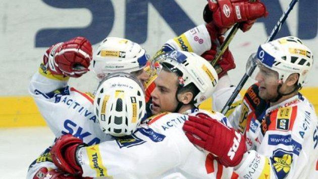 Hokejisté SLavie oslavují gól Doležala (zády).