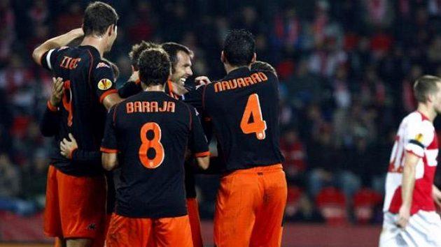 Fotbalisté Valencie se radují z branky do sítě Slavie. Vpravo smutný stoper Benjamin Vomáčka