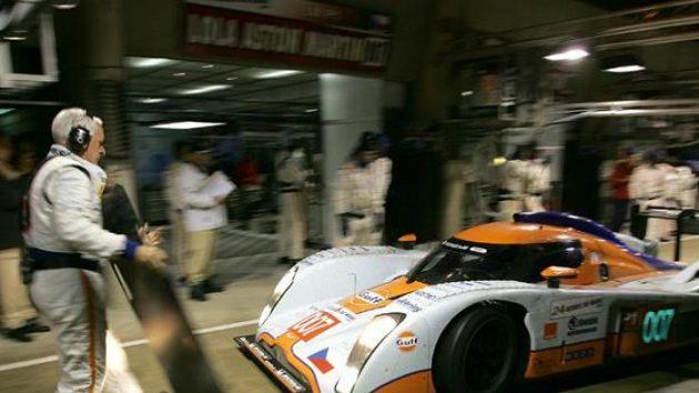 Prototyp Aston Martin posádky Charouz, Enge, Mücke v péči mechaniků při tréninku na 24 hodin Le Mans.
