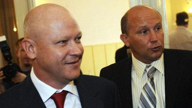 Zleva kandidáti na funkci předsedy Českomoravského fotbalového svazu (ČMFS) Ivan Hašek a Luděk Vinš přicházejí na volební valnou hromadu ČMFS.