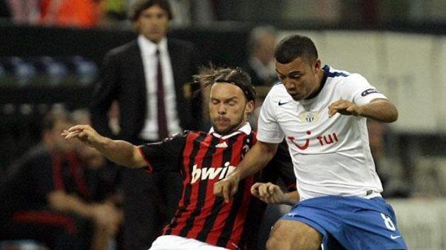 Obránce AC Milán Marek Jankulovski (vlevo) v souboji s fotbalistou Curychu Johanem Vonlanthenem