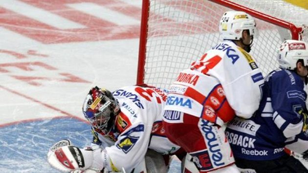 Hokejistu Plzně Bomersbacka brání slávista Vondrka.