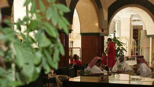 Čeští fotbalisté (v pozadí) v hotelu Hilton v Al Ajnu