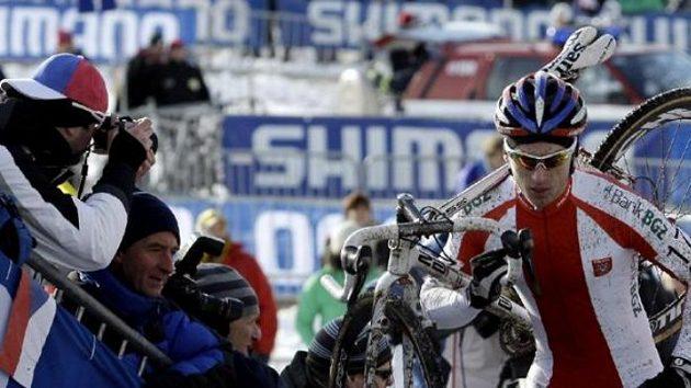 Cyklokrosový mistrem světa v kategorii do 23 let Polák Pawel Szczepaniak.