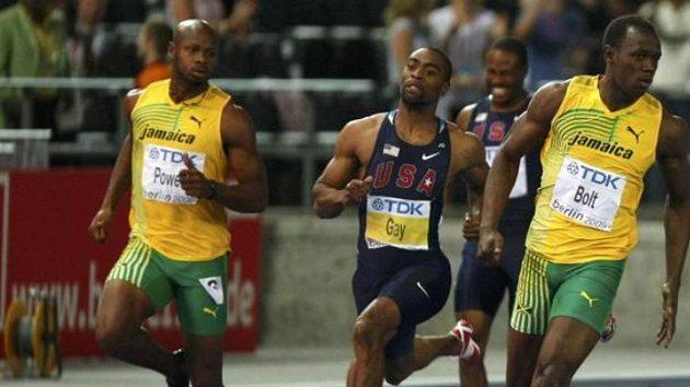 Sprinteři Asafa Powell (vlevo), Tyson Gay a Usain Bolt (vpravo) ve finále běhu na 100 metrů.