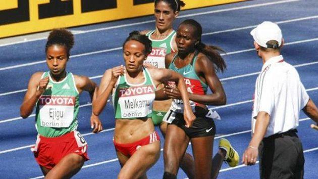 Etiopské závodnice Ejiguová a Melkamuová při rozběhu na 5000 metrů
