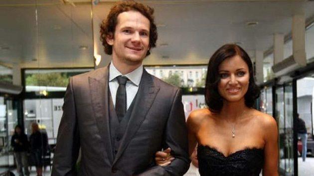 Patrik Eliáš s manželkou Petrou přichází na vyhlášení ankety Zlatá hokejka.