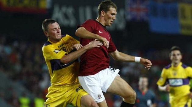 Sparťanský fotbalista Alexandr Prudnikov v souboji o míč s Lunderem z Mariboru v play-off Evropské ligy