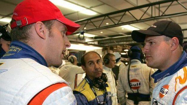 Tomáš Enge (vpravo) diskutuje se Stefanem Mückem při tréninku na 24 hodin Le Mans.