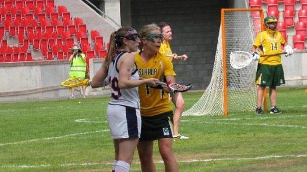 Američanka Sarah Bullardová (vlevo) střežená Meredith Carreovou z Austrálie