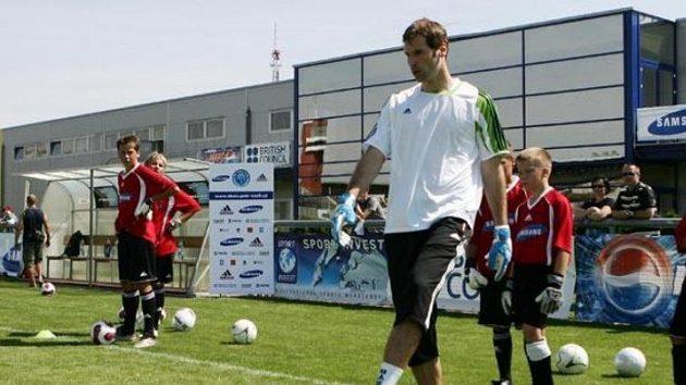 Petr Čech na tréninku s mladými hráči.