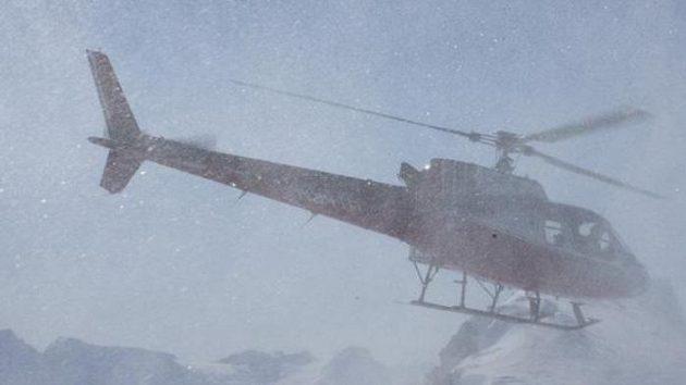 Tomáš Kraus, Michal Novotný, Martin Černík a Robin Kaleta skrytí v oblaku sněhu při výsadku z helikoptéry na vrcholu jednoho vrcholů hor na Aljašce.