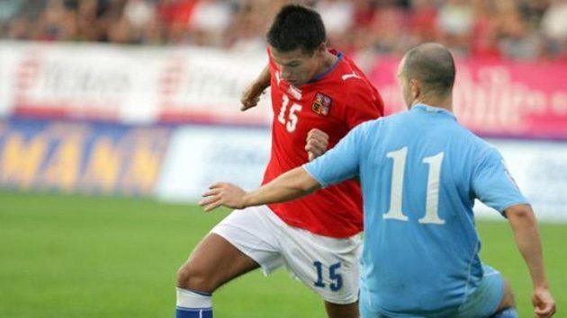 Fotbalista Milan Baroš proniká kolem Vanucciho ze San Marina
