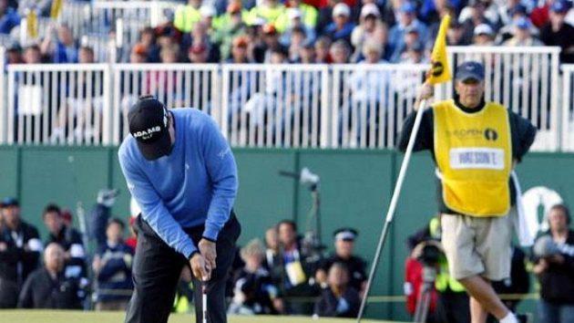 Americký golfista Tom Watson míjí pat do paru na 18. jamce.