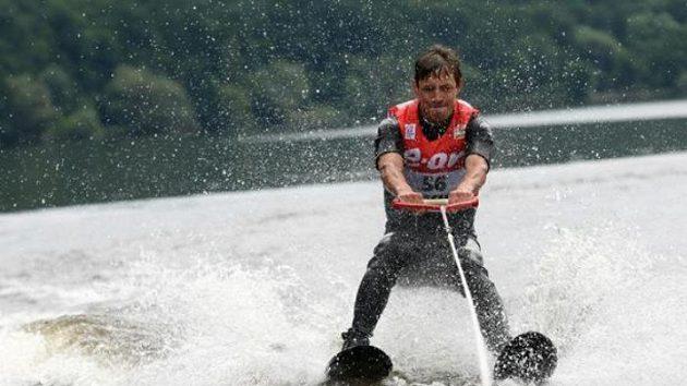 Bežec na lyžích Martin Koukal lyžoval na vodě